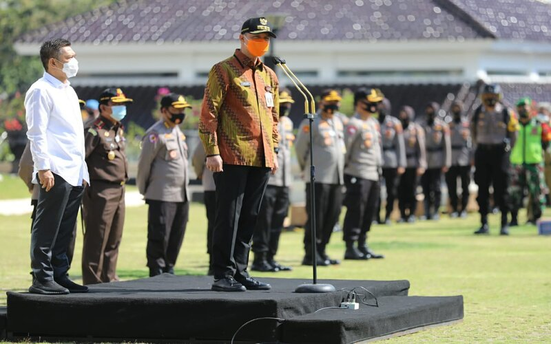 Gubernur Jawa Tengah Ganjar Pranowo saat memimpin upacara pembagian masker kepada Anggota TNI/Poliri dan komunitas masyarakat di halaman Mapolda Jateng, Jl Pahlawan Kota Semarang, Jumat (18/9/2020). - Ist