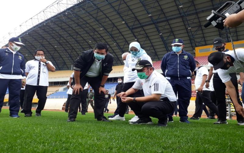 Gubernur Sumsel Herman Deru melakukan pengecekan rumput di lapangan stadion Gelora Sriwijaya Jakabaring Palembang sebagai kesiapan Piala Dunia U20 di tahun 2021 mendatang. istimewa