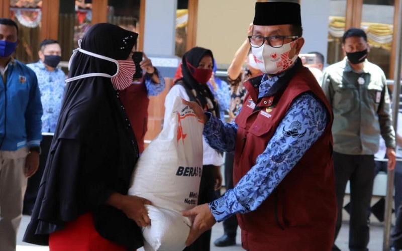 Bupati Cirebon, Imron Rosyadi, saat memberikan bantuan beras dari Kementerian Sosial kepada masyarakat di Kecamatan Kedawung, Kabupaten Cirebon. - Bisnis/Hakim Baihaqi