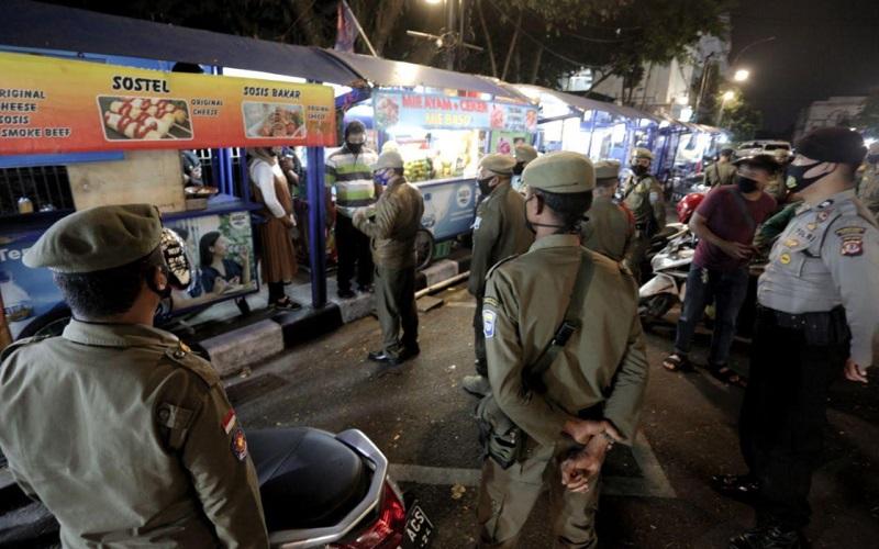 Razia pelanggaran AKB di Kota Bandung - Bisnis/Dea Andriyawan