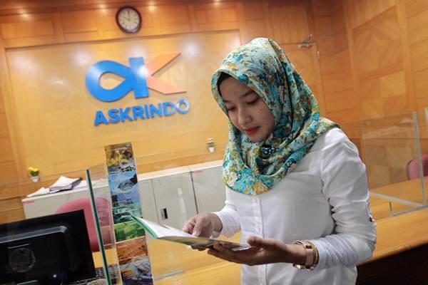 Karyawati beraktivitas di kantor PT Asuransi Kredit Indonesia (Askrindo) di Jakarta, Senin (22/1). - JIBI/Dwi Prasetya