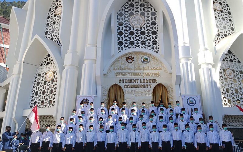 Dokumentasi - Para santri pada saat melaksanakan pelantikan pengurus baru Student Leader Community Al Izzah International Islamic Boarding School, pada 17 Agustus 2020. - Antara/alizzah/batu.sch.id