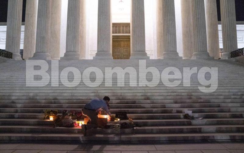 Para pelayat berkumpul selama acara untuk Hakim Agung Ruth Bader Ginsburg di luar Mahkamah Agung di Washington, D.C., Jumat (18/9/2020).  - Bloomberg