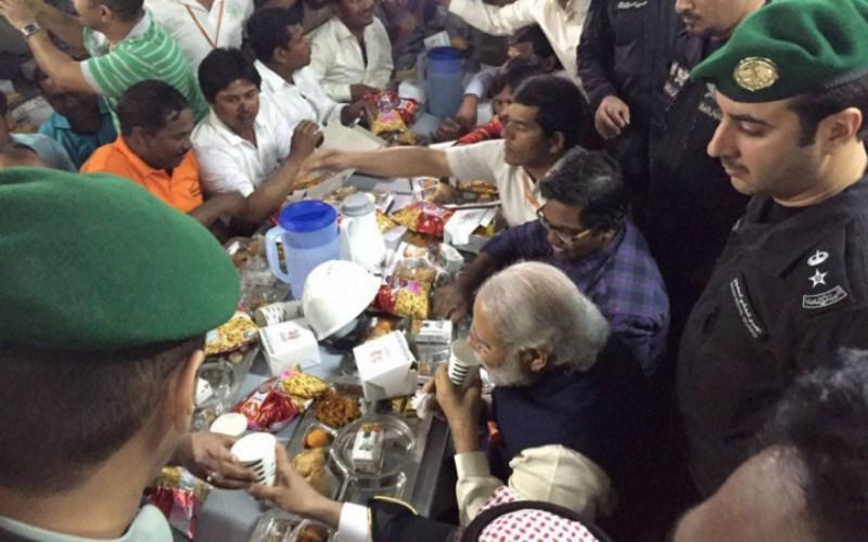 Perdana Menteri India Narendra Modi membagi-bagikan camilan kepada para pekerja India di kompleks perumahan L&T di Riyadh, Sabtu (2/4/2016). - PTI
