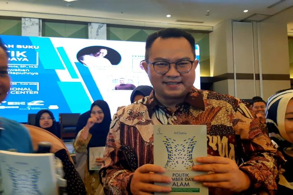 Rektor IPB, Arif Satria memegang buku yang ditulisnya dengan judul Politik Sumber Daya Alam. Arif memotret dimensi struktural dalam pengelolaan sumber daya alam di Indonesia. - Novita Sari Simamora