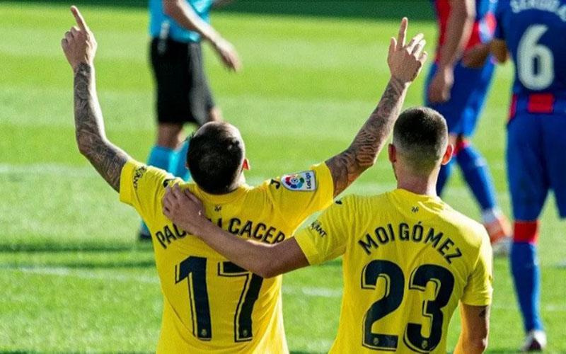 Dua pemain andalan Villarreal, Paco Alcacer (kiri) dan Moi Gomez merayakan gol ke gawang Eibar. - Villarrealcf.es