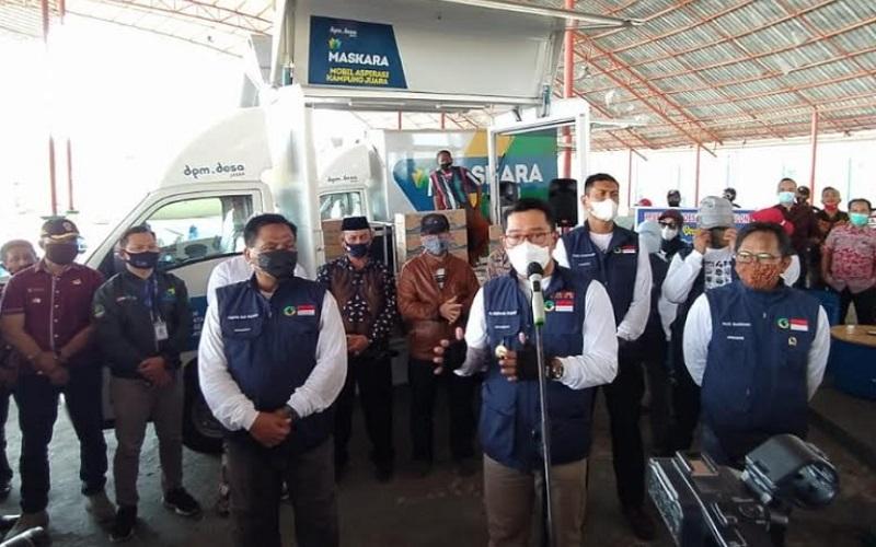 Gubernur Jabar Ridwan Kamil saat menyerahkan mobil Maskara ke Kabupaten Cirebon - Bisnis/Hakim Baihaqi
