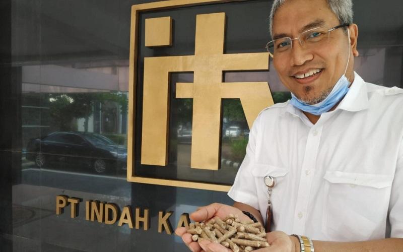 Direktur Utama PT Indah Karya Nel Adianto menunjukkan wood pellet yang diekspor perusahaannya - Istimewa
