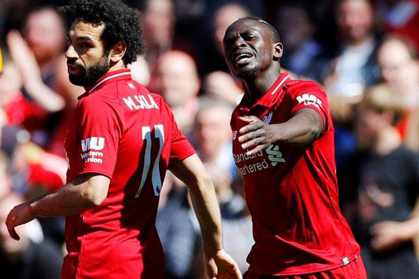 Dua penyerang andalan Liverpool, Sadio Mane (kanan) dan Mohamed Salah. - Reuters/Phil Noble