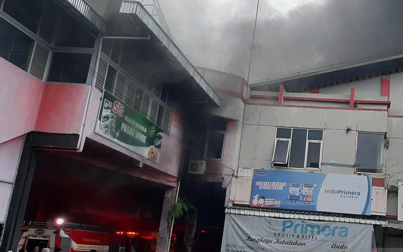 10 mobil pemadam dikerahkan atasi kebakaran di Pasar Wage PurwokertoPetugas Damkar Kabupaten Banyumas, Jawa Tengah, Senin 21 September 2020, berupaya memadamkam kebakaran di Pasar Wage, Purwokerto. - Antara/Sumarwoto