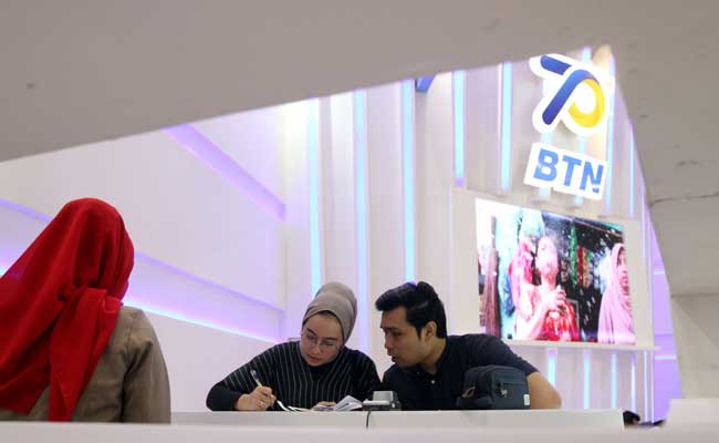 Pengunjung mencari informasi mengenai Kredit Pemilikan Rumah (KPR) di Indonesia Properti Expo (Ipex) 2020 di Jakarta, Minggu (16/2/2020). Bisnis - Arief Hermawan P