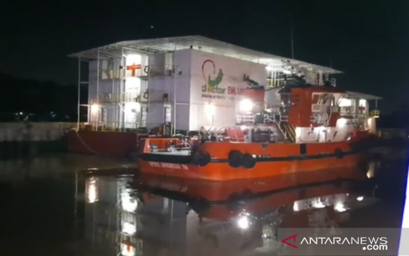 RS Apung yang tengah bersandar di Sungai Siak, Pekanbaru. - Antara/Riski Maruto