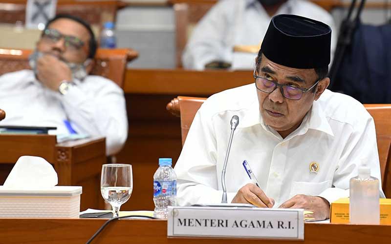 Menteri Agama Fachrul Razi menyimak pertanyaan anggota Komisi VIII DPR saat rapat kerja di Kompleks Parlemen Senayan, Jakarta, Selasa (8/9/2020). Rapat kerja tersebut membahas RKA K/L Tahun Anggaran 2021 serta isu-isu terkini, contohnya tentang radikalisme. ANTARA FOTO - Puspa Perwitasari