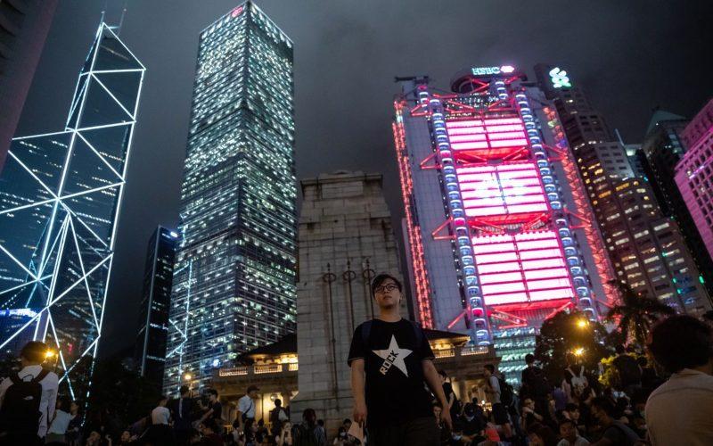 Demonstran berkumpul di Statue Square, di luar gedung kantor pusat HSBC. Sejumlah bank mulai menarik kebijakan work from office seiring dengan jumlah kasus positif Covid-19 yang meningkat di Hong Kongn/Fotografer: Kyle Lam  -  Bloomberg