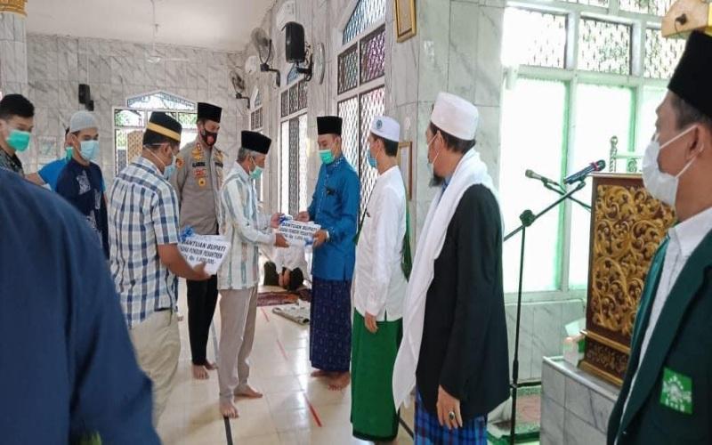 Penyerahan bantuan modal usaha bagi kantin pondok pesantren di Kabupaten Ogan Komering Ilir, Provinsi Sumatra Selatan