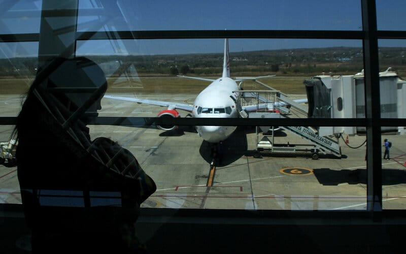 Seorang penumpang berjalan di koridor bandara El Tari Kupang, NTT, Jumat (11/9/2020). Manajemen Bandara El Tari Kupang kembali menambah jam operasi bandara akibat semakin banyaknya permintaan slot dari sejumlah maskapai penerbangan yang melayani rute ke bandara tersebut dari semula hanya 10 jam kini menjadi 11 jam di tengah pandemi Covid-19. - Antara/Kornelis Kaha