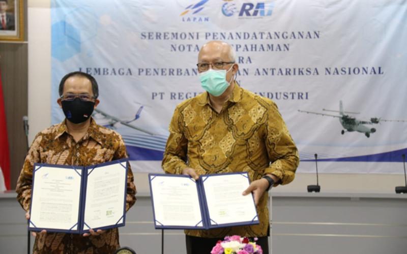 Kepala Lapan Profesor Thomas Djamaluddin dan Direktur Utama PT RAI Agung Nugroho setelah menandatangani nota kesepahaman kerja sama antara kedua perusahaan tersebut.  - RAI