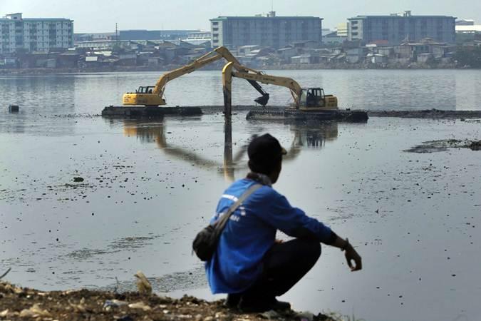 Alat berat dioperasikan untuk pengerukan endapan lumpur Waduk Pluit yang mengalami pendangkalan, di Jakarta, Selasa (11/6/2019). - Bisnis/Felix Jody Kinarwan
