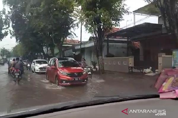 Genangan banjir di Jalan Raya Blega, Bangkalan, Madura, Jawa Timur. - Bisnis/Antara/Abd Aziz