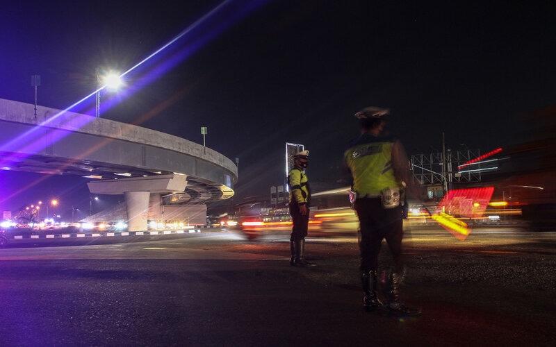 Petugas Satlantas Polresta Pekanbaru mengatur arus lalu lintas ketika penerepan jam malam Pembatasan Sosial Berskala Mikro (PSBM) di Kecamatan Tampan Pekanbaru, Riau, Rabu (16/9/2020) malam. - Antara/Rony Muharrman