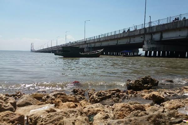 Bawah kaki jembatan Suramadu - Bisnis.com/Peni Widarti