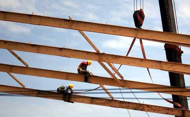Aktivitas pekerja pada proyek pembangunan konstruksi gedung di kawasan Rancaekek, Kabupaten Bandung, Jawa Barat, Rabu (12/2/2020). Bisnis - Rachman