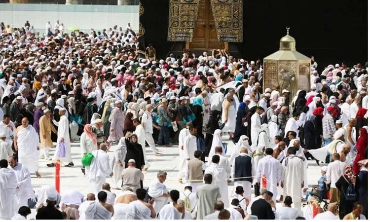 Umat muslim memakai masker pelindung, menyusul penularan virus corona baru, saat mereka beribadah di Ka'bah di Mesjid Raya, kota suci Mekah, Arab Saudi, Selasa (3/3/2020). - Antara