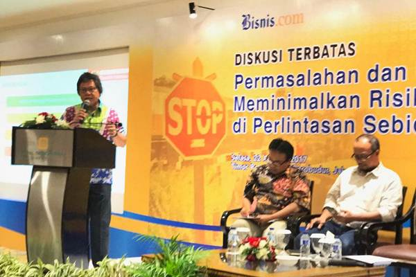 Anggota Ombudsman Alvin Lie (kiri) menyampaikan paparan saat diskusi terbatas di Jakarta, Selasa (22/8). - JIBI/Arif Budisusilo