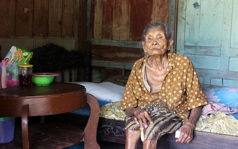 Gelar wanita tertua di Kabupaten Sragen Jawa Tengah  disandang Mbah Sarikem, warga Dukuh Lemah Ireng RT 005, Jatitengah, Sukodono, dengan umur 110 tahun berdasarkan KTP elektronika yang dikeluarkan Pemkab Sragen. - JIBI/Tri Rahayu\r\n