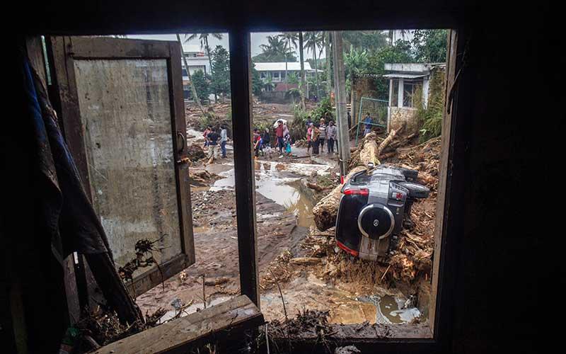 Kondisi mobil yang terbawa arus pasca  banjir bandang di  Kampung Cibuntu, Desa Pasawahan, Kecamatan Cicurug, Sukabumi, Jawa Barat, Selasa (22/9/2020). Data sementara yang dikeluarkan Badan Penanggulangan Bencana Daerah Kabupaten Sukabumi, Jawa Barat, dampak akibat banjir bandang yang terjadi di Kecamatan Cicurug, Senin (21/9), mengakibatkan 12 rumah hanyut dan 85 rumah terendam. ANTARA FOTO - Yulius Satria Wijaya