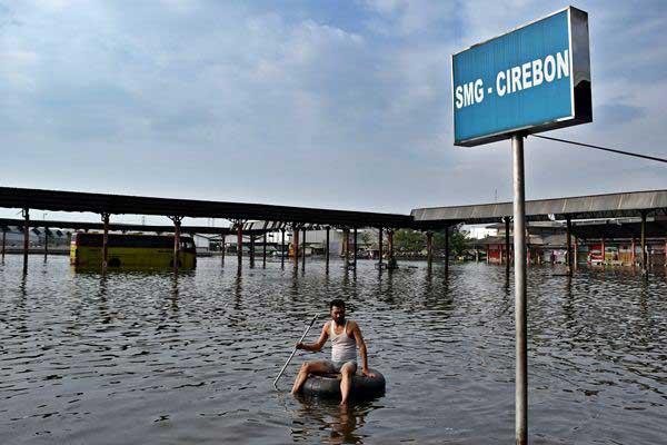 Ilustrasi pesisir Pantura Jawa - Warga menggunakan ban bekas untuk melintasi banjir rob yang merendam Terminal Bus Terboyo di Semarang, Jawa Tengah, Jumat (2 - 6).Antara/Aditya Pradana Putra