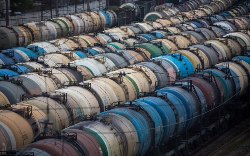 Rangkaian kereta pengangkut minyak mentah, bahan bakar, dan gas cair dalam posisi miring di stasiun kereta Yanichkino, menuju ke kilang Gazprom Neft PJSC Moscow di Moskow, Rusia - Bloomberg/Andrei Rudakov
