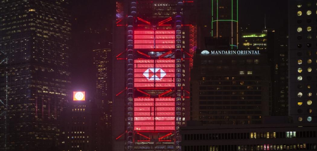 Kantor HSBC Holdings Plc diterangi lampu di Hong Kong, China, Senin (21/9/2020). - Bloomberg/Chan Long Hei