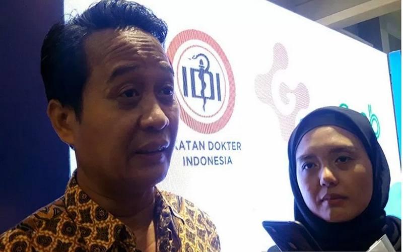 Ketua Umum PB IDI dr Daeng M Faqih saat diwawancarai awak media massa di Jakarta, Kamis (13/2/2020).  - Antara