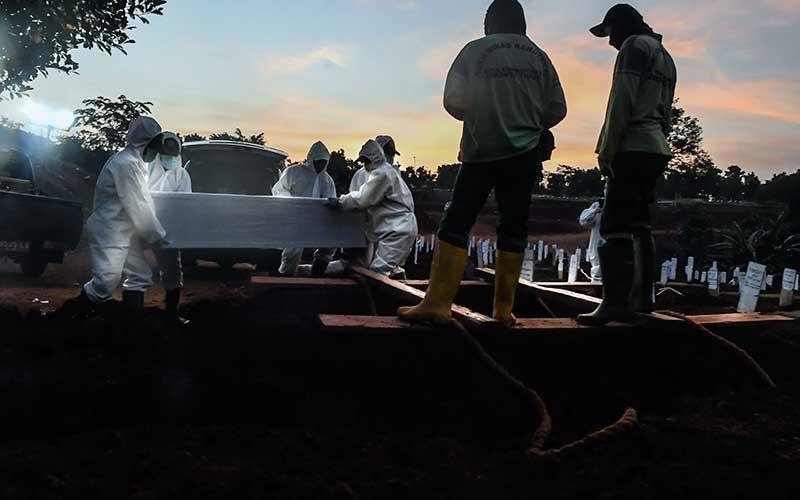 Ilustrasi-Pemakaman jenazah terkait Covid-19 - Antara/Muhammad Adimaja