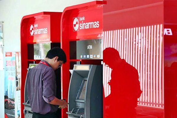 Nasabah bertransaksi melalui mesin anjungan tunai mandiri Bank Sinarmas. - JIBI/Dwi Prasetya