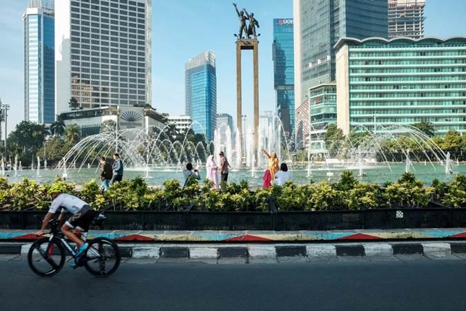 Warga memanfaatkan momen Ibu Kota sepi dengan berfoto dan berolahraga di sekitar Bundaran Hotel Indonesia, Jakarta, Rabu (5/6/2019). - Bisnis/Felix Jody Kinarwan