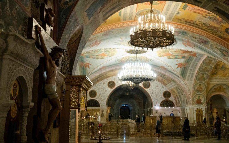 Ilustrasi - Umat Kristen Ortodoks menghadiri misa di sebuah gereja di bagian Katedral Kristus Sang Penyelamat yang lebih rendah, setelah gereja dibuka kembali sebagai bagian dari pelonggaran pembatasan terkait virus corona (COVID-19) di Moskow, Rusia, Selasa (2/5/2020)/Antara - Reuters/Maxim Shemetov