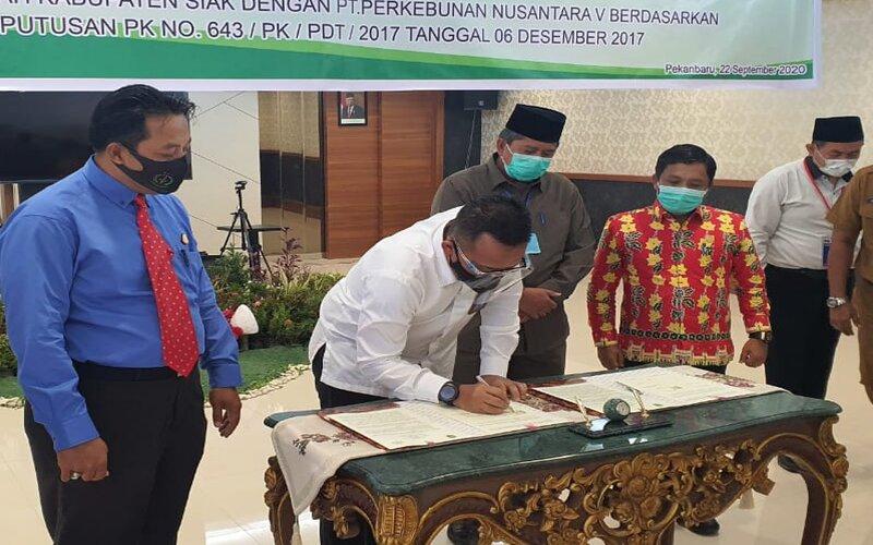 CEO PTPTN V Jatmiko K Santosa bersama Bupati Siak Alfedri dan Ketua DPRD Siak Azmi menandatangani perjanjian pembayaran pre-financing Rp33,2 miliar antara PTPN V dengan Pemkab Siak, disaksikan oleh Asdatun Kejati Riau Dzakiyul Fikri di Pekanbaru, Selasa (22/9 - 2020)