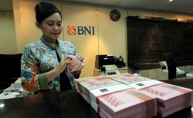 Petugas teller PT Bank Negara Indonesia (Persero) Tbk. (BNI) menghitung uang di salah satu kantor cabang BNI di Jakarta. Bisnis - Arief Hermawan P