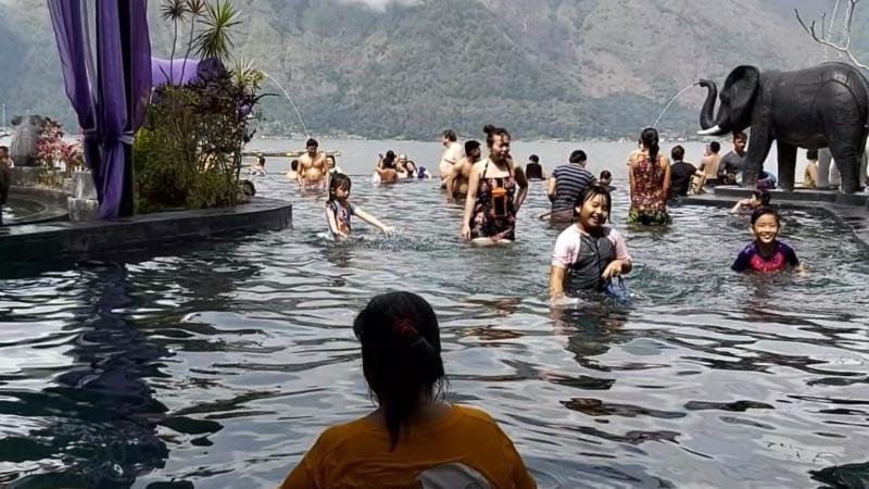 Pengunjung berendam di kolam air panas alami di resor Toya Devasya, yang bersumber langsung dari Gunung Batur, Kintamani, Bangli, Bali, Selasa (4/6/2019). - Bisnis/Tim Jelajah Jawa/Bali 2019