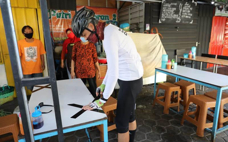 Gubernur Jawa Tengah Ganjar Pranowo melakukan sidak ke warung makan dan memplester meja makan dengan tanda silang dari lakban, Rabu 23 September 2020. Foto: Humas Pemprov Jawa Tengah