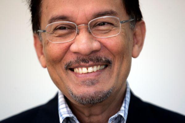 Pemimpin oposisi Anwar Ibrahim di kantornya di Petaling Jaya, dekat Kuala Lumpur pada 2008. - Reuters/Bazuki Muhammad