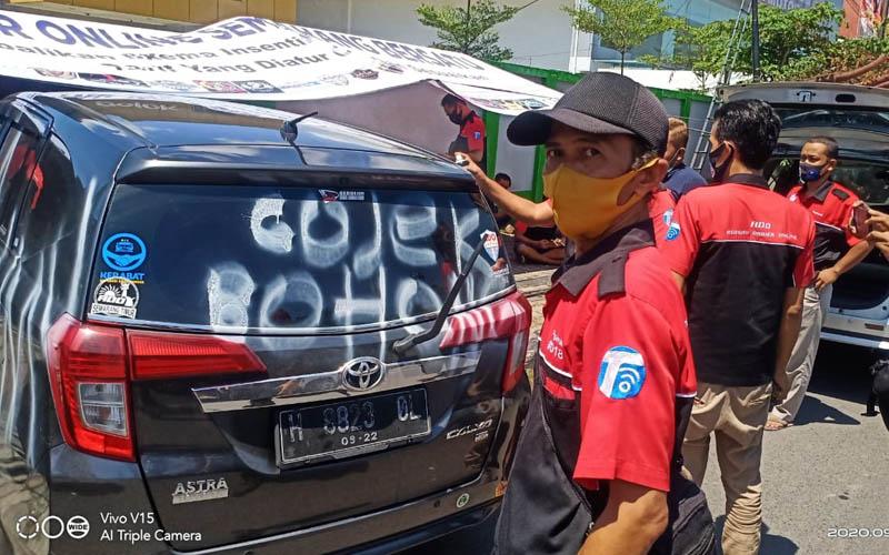 Aksi mogok makan oleh Asosiasi Driver Online (ADO) sambil mencoret-coret mobil di depan Kantor Gojek Jateng pada Rabu 23 September 2020. - Bisnis/Alif Nazzala Rizqi
