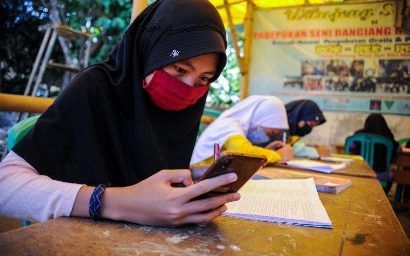Sejumlah siswa belajar secara daring dengan memanfaatkan fasilitas jaringan internet gratis di Kampung Sukamaju, Padalarang, Kabupaten Bandung Barat, Jawa Barat, Rabu (26/8 - 2020). / Antara