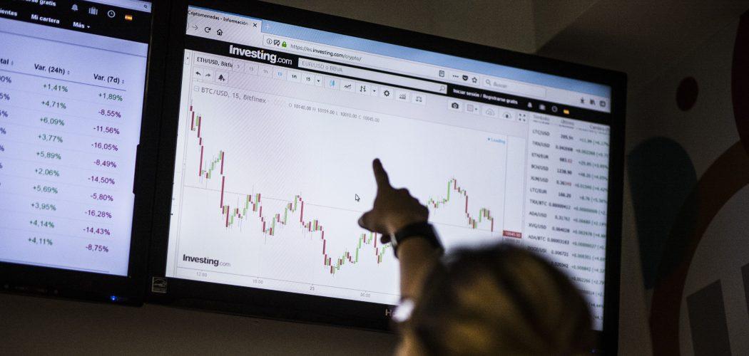 Seorang siswa menunjuk ke monitor yang menampilkan harga BitCoin terhadap dolar AS melalui portal untuk perdagangan mata uang virtual. Carlos Becerra  -  Bloomberg
