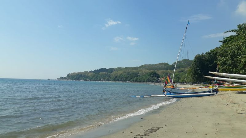Pantai Pasir Putih di Kab. Situbondo, Jawa Timur bisa menjadi pilihan untuk berwisata maupun sekadar melepas lelah sejenak bagi para pemudik yang melewati jalur Probolinggo-Banyuwangi, Selasa (12/6). - Bisnis/Haffiyan