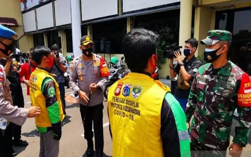 Kapolres Metro Jakarta Barat Kombes Polisi Audie S Latuheru dan Dandim 0503 JB Kolonel Infanteri Dadang Ismail Marzuki melepas komunitas ojek