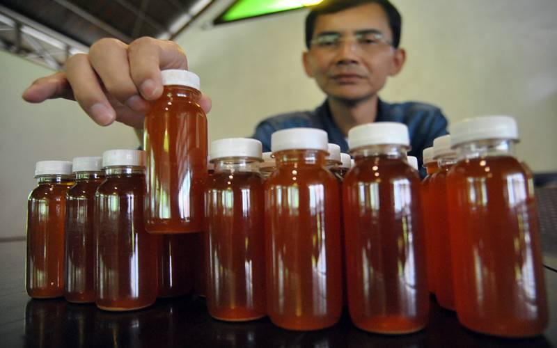 Peneliti Hadi Pranoto menunjukkan ramuan herbal untuk antibodi mencegah COVID-19, di Kota Bogor, Jawa Barat, Senin (3/8/2020). Berdasarkan hasil penelitiannya, ramuan dari bahan-bahan herbal alami Indonesia tersebut dipercaya mampu meningkatkan antibodi dalam mencegah penyebaran COVID-19 dan direncanakan akan diproduksi massal gratis. ANTARA FOTO - Arif Firmansyah