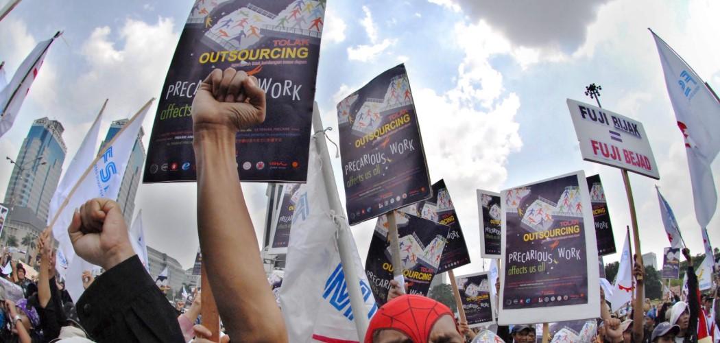 Pekerja menuntut penghapusan sistem outsourcing yang diangap merugikan pekerja atau buruh serta mendesak Revisi pada UU No. 3 tahun 1992 tentang Jamsostek. - Antara  / Fanny Octavianus